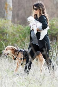 In Madrid geht die schwangere Mónica Cruz mit ihren Hunden Gassi.  Schwanger wurde die 37-Jährige durch eine Samenspende.  Am 14. Mai brachte sie in Madrid ein Mädchen zur Welt.