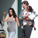Bald sind sie zu viert: Papa Ashton Kutcher trägt beim Spaziergang Töchterchen Wyatt auf dem Arm. Schon bald darf sich die Kleine über ein Geschwisterchen freuen, wie Mama Milas Bäuchlein unschwer erkennen lässt.