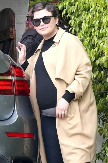 Einen Tag nach der Hochzeit mit ihrem Schauspielkollegen Josh Dallas zeigt Ginnifer Goodwin Babybauch und Ehering.