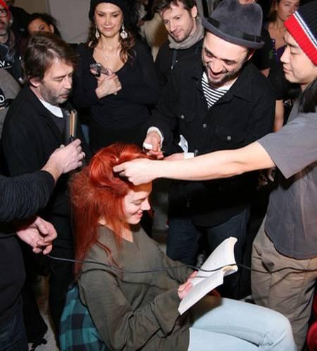 Model Julia D. liest während die Aveda-Hair-Profis ans Werk gehen