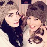 """Als """"Weihnachtsbär"""" läutet Verena Kerth zusammen mit einer Freundin die kalte Jahreszeit ein. Ihre Teddy-Mütze bekommt dabei durch Bommelöhrchen eine besonders verspielte Note."""