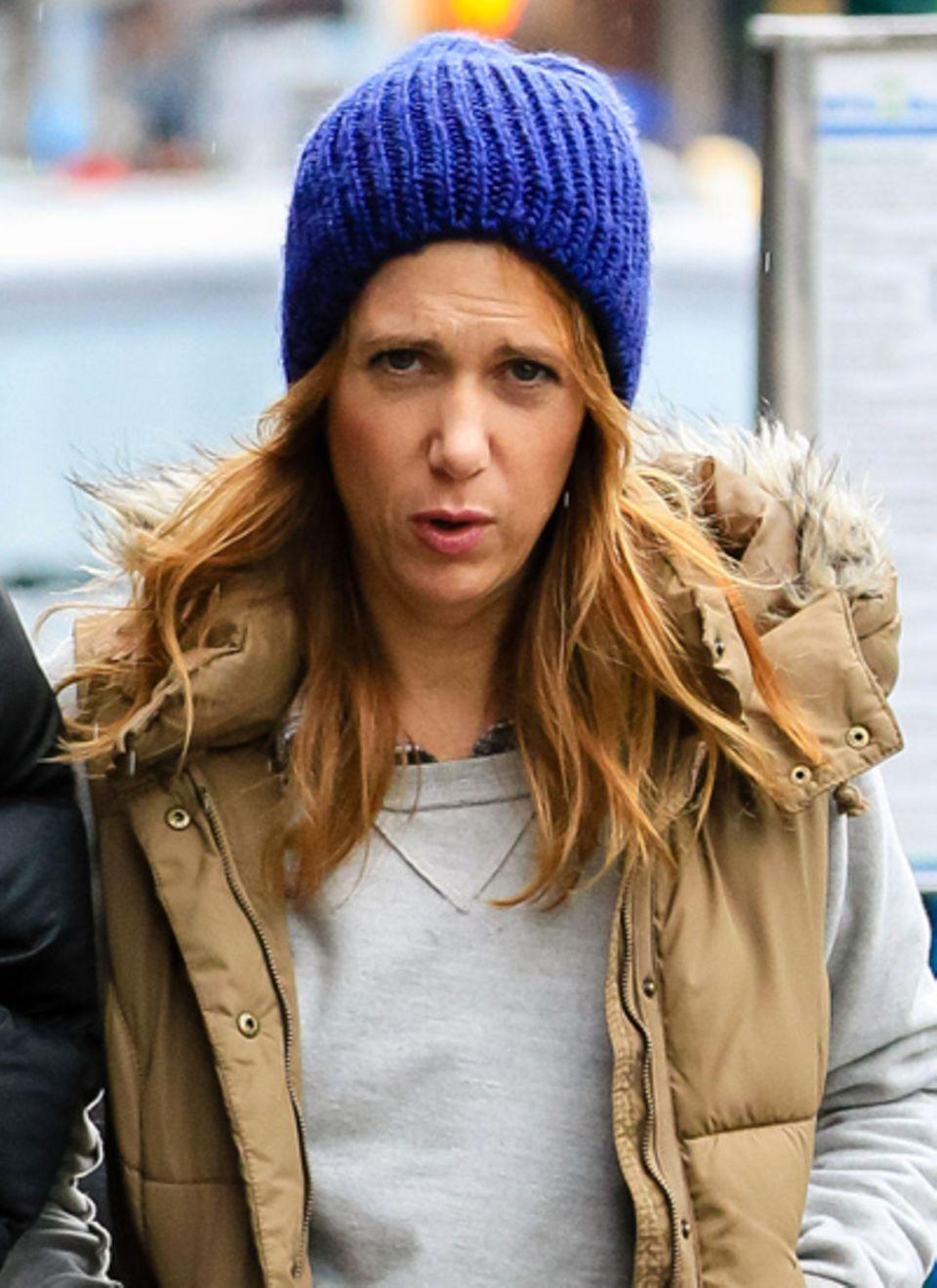 Bei rötlichen Haaren wie die von Kristen Wiig sind royalblaue Mützen ein besonders schöner Kontrast.