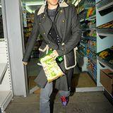 Mit einer Tüte salzigem Popcorn und einer Wasserflasche verlässt Jared Leto einen 24Std-Supermarkt.