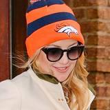 """Kate Hudson gibt sich mit einer Bommelmütze der Football-Mannschaft """"Denver Broncos"""" kurz vor dem Großereignis """"Super Bowl"""" schon ganz sportlich."""