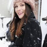Der dunkelhaarigen Liv Tyler steht Altrosa in Form einer mit dicker Wolle gestrickten Mütze besonders gut.