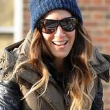 Dick eingepackt und mit blauer Wollmütze auf dem Kopf macht auch Sarah Jessica Parker ein Spaziergang durchs kalte New York gute