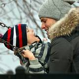 Tom Brady und sein älterer Sohn Jack sind mit ihrem Wollmützen für einen Winternachmittag auf dem Spielplatz bestens gerüstet.