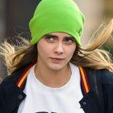 Cara Delevingne setzt mit ihrer neongrünen Strickmütze deutliche Farbsignale.