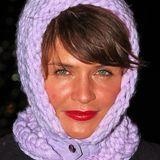 Helena Christensens fliederfarbene Strickmütze hält nicht nur ihren Kopf, sondern auch gleich noch ihren Hals warm.
