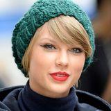 Einen effektvollen Komplementärkontrast erzielt Taylor Swift, indem sie sich zu ihrem rot geschminkten Lippen eine grüne Strickmütze aufsetzt. Mit diesen Farben versetzt sie ihre Fans gleichzeitig in die passende Weihnachtsstimmung.