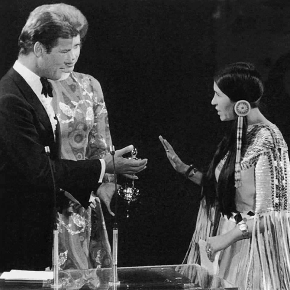 1973: Roger Moore, Liv Ullmann (verdeckt) und Sacheen Littlefeather