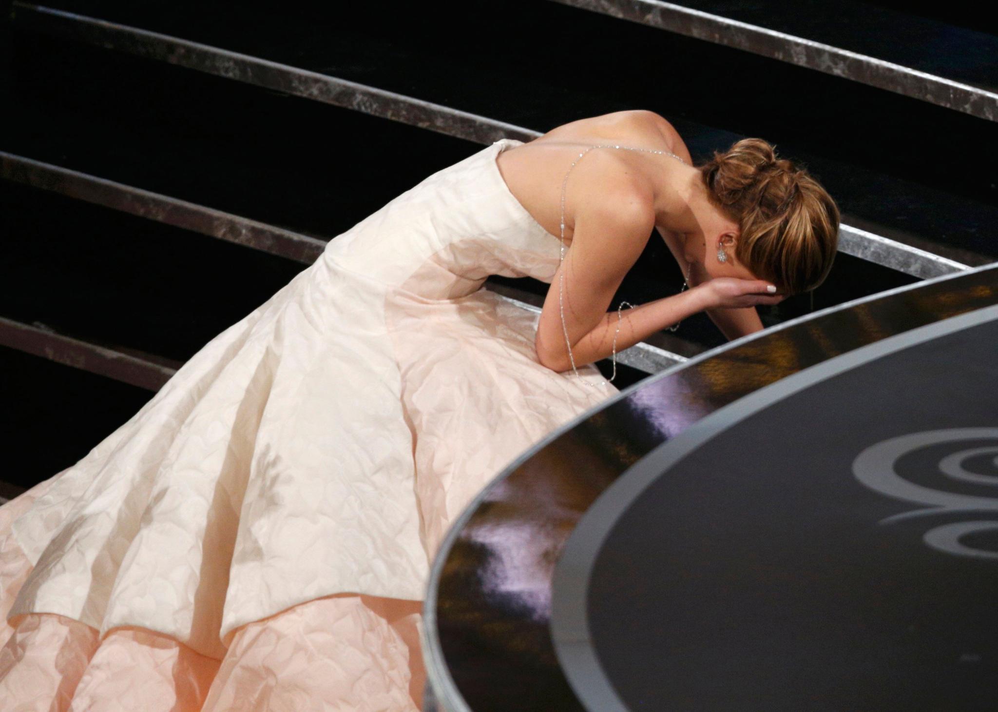 """Auf dem Weg zu ihrem Oscar kommt Jennifer Lawrence ins Straucheln. """"Ihr steht doch alle nur auf, weil ich hingefallen bin und ich euch leid tue. Das war peinlich"""", sagt sie spontan vor ihrer Dankesrede. Ein schlimmes Wort, das mit """"F"""" anfängt sei ihr in diesem Moment durch den Kopf gegangen, erzählt sie später lachend den Reportern."""