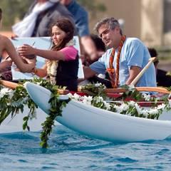 """10. April 2010: Im sonnigen Waikiki lässt sich George Clooney für """"The Descendants"""" übers Wasser bringen."""
