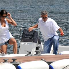 George Clooney mit seiner Flamme Elisabetta Canalis bei einem Ausflug auf den Comer See.