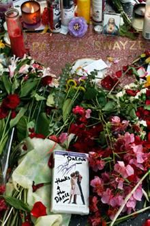 14. September 2009: Dem verstorbenen Patrick Swayze wird in Hollywood mit Blumen auf seinem Stern gedacht.
