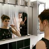 Mitbewohner teilen alles, auch die Zeit im Badezimmer