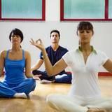 Anfänger praktizieren Yoga am besten in der Gruppe und unter professioneller Anleitung