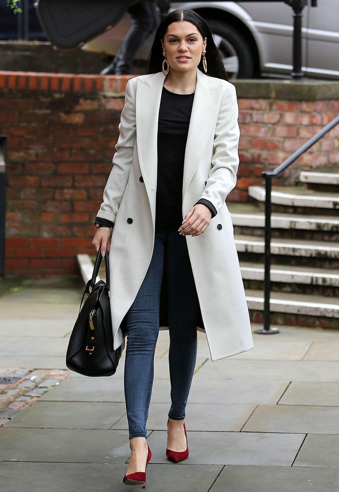Auch Sängerin Jessie J hat sich schon auf die bevorstehenden kalten Tage vorbereitet und sich einen Mantel im Trenchcoat-Look zugelegt.