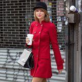 Mit signalrotem Zweireiher, Lederstiefeln und schwarzer Samtkappe wirkt Taylor Swift beim Einkaufsbummel durch New York fast wie eine Dressur-Reiterin.