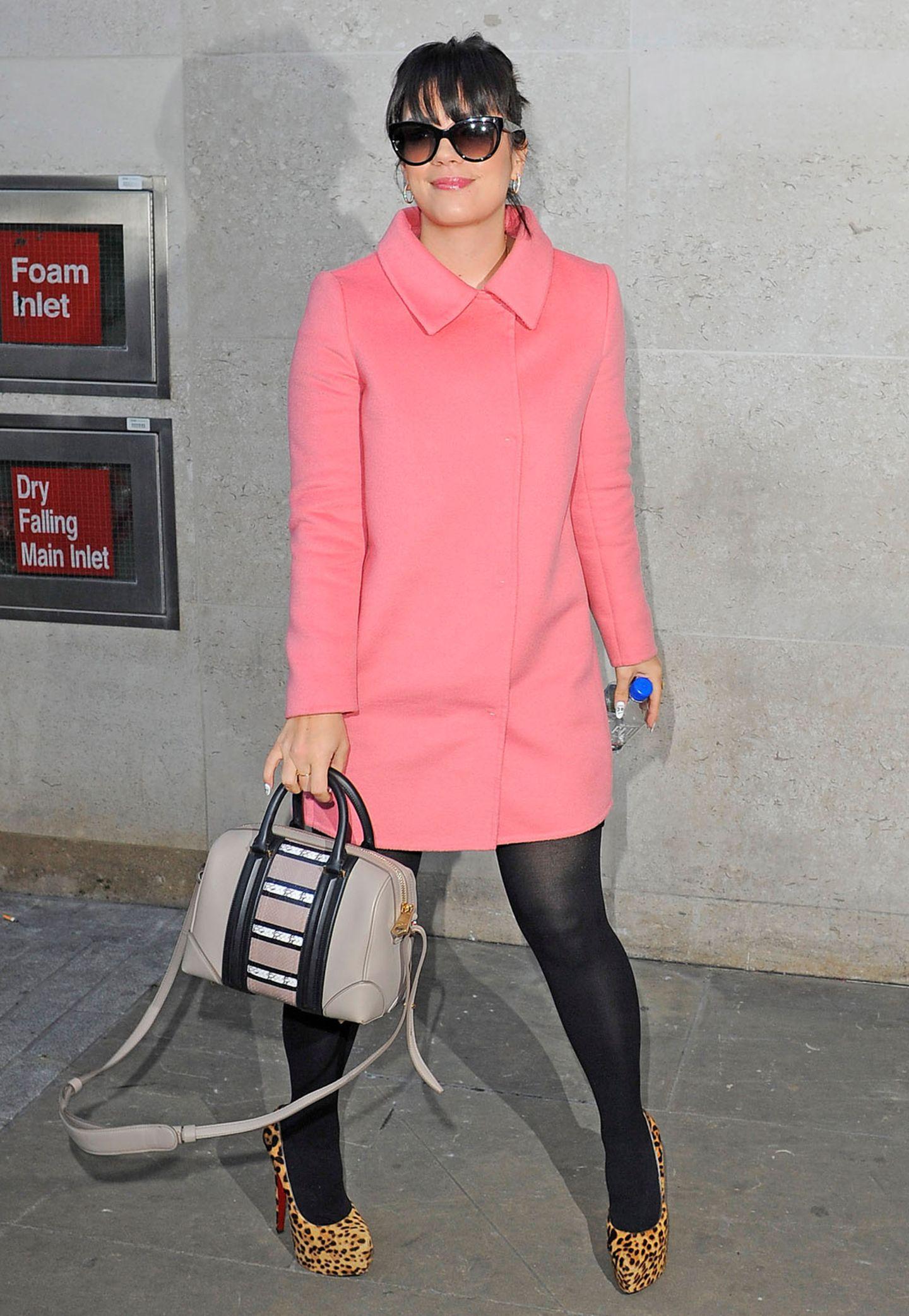 Lily Allen zeigt mit dem rosafarbenen Kurzmantel ihre süße Seite.