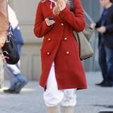 Der Mantel mit goldenen Knöpfen verleiht dem legeren Outfit von Kate Hudson einen edlen Touch.