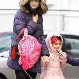 Gut sichtbar und warm eingepackt sind Katie Holmes und Suri in ihren farbenfrohen, abgesteppten Daunenjacken.