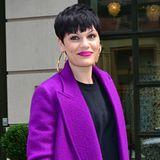 Zum knallig lilafarbenen Wollmantel trägt Jessie J auch gleich noch den passenden Lippenstift.