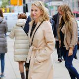 Naomi Watts überzeugt in einem schicken Outfit zu dem selbst an kühleren Tagen Sandaletten gehören. Damit sie trotzdem nicht frieren muss, trägt sie dazu einen hübschen Wickel-Mantel.