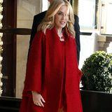 Rot wie die Liebe und die Verführung ist der lange Wollmantel mit Kragen, den Kylie Minogue zum Schutz gegen die Kälte über einem zarten Kleid trägt.