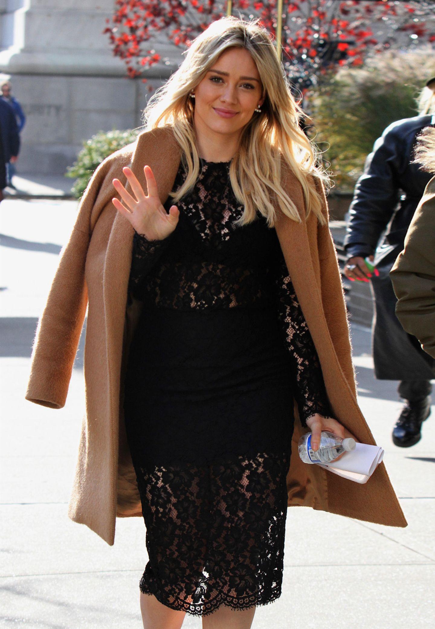 Hilary Duff im sexy Spitzenkleid wärmt sich mit ihrem Kamelhaarmantel beim Spaziergang durch New York.