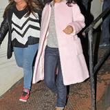 Rihanna schützt sich vor der Kälte mit einem besonders flauschigen Mantel. Das bonbonfarbene Modell kombiniert sie zu derben Timerland-Boots.