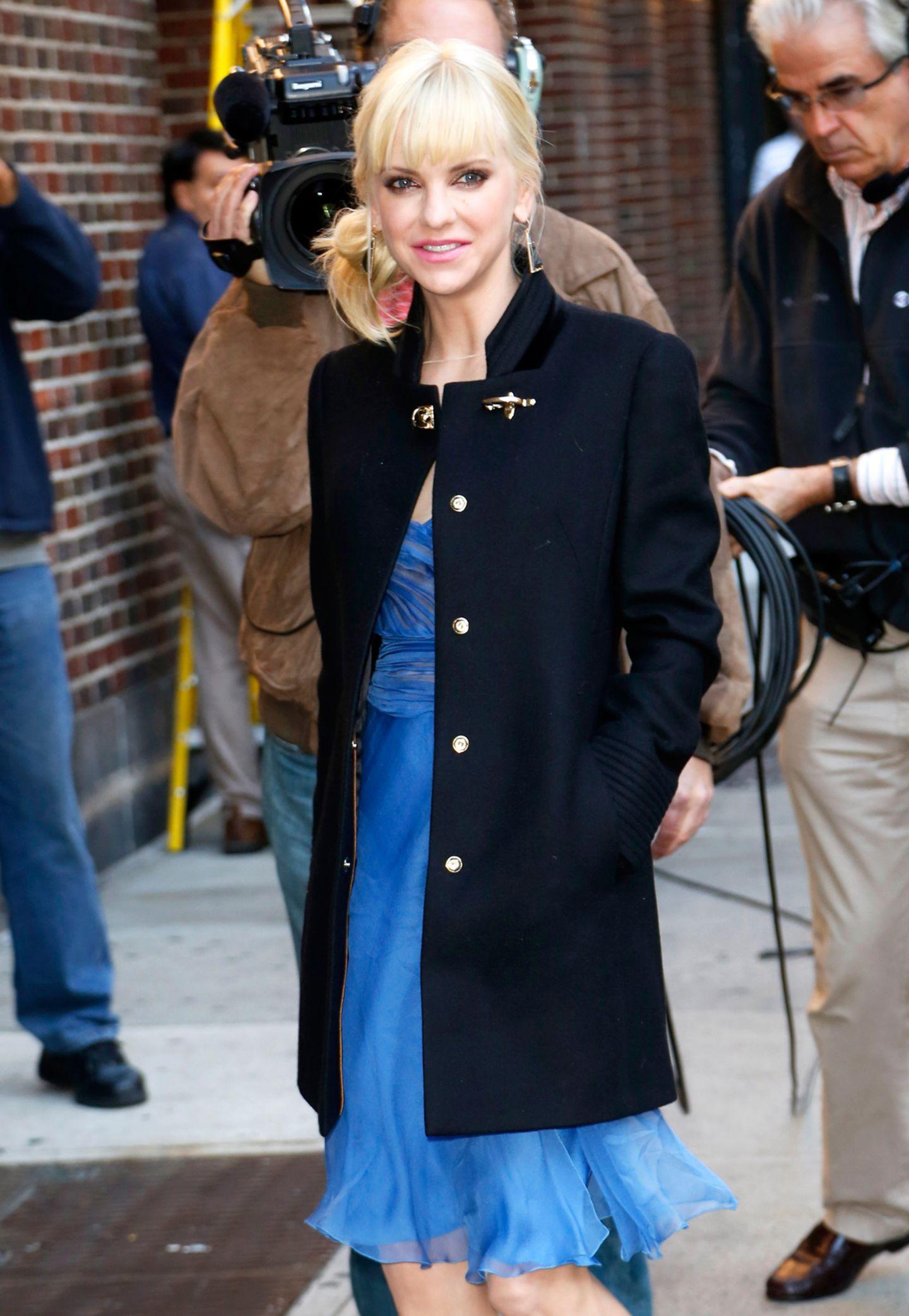 """Edel geschnitten und mit Verschlüssen im Messing-Look: Mit diesem Mantel zeigt sich Anna Faris auf ihrem Weg zur """"David Letterman""""-Show."""