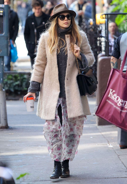 Elizabeth Olsen hat genau wie ihre Schwestern Ashley und Mary-Kate Olsen einen Faible für etwas schräge Outfits. Der kuschelige, beige-rosefarbene Mantel fällt besonders in der Kombination mit Strickpulli und Chiffon-Rock genau in diese Kategorie.