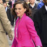 Natalie Portman peppt ihren klassischen Look durch einen strahlend pinken Mantel mit Smokingrevers auf.