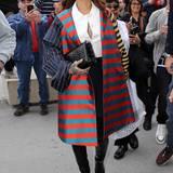 Farbenfroh, schimmernd und knielang ist Rihannas Mantel im angesagten Mustermix.