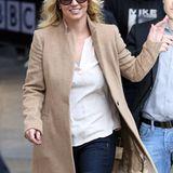 Britney Spears wärmt sich im Londoner Herbst mit diesem kuscheligen Kamelhaarmantel. Das Schild hätte sie allerdings abmachen können.