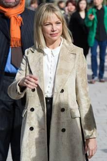 Mit cooler Ponyfrisur und sichtlich gut gelaunt besucht LV-Testimonial Michelle Williams die Show des französischen Luxuslabels.