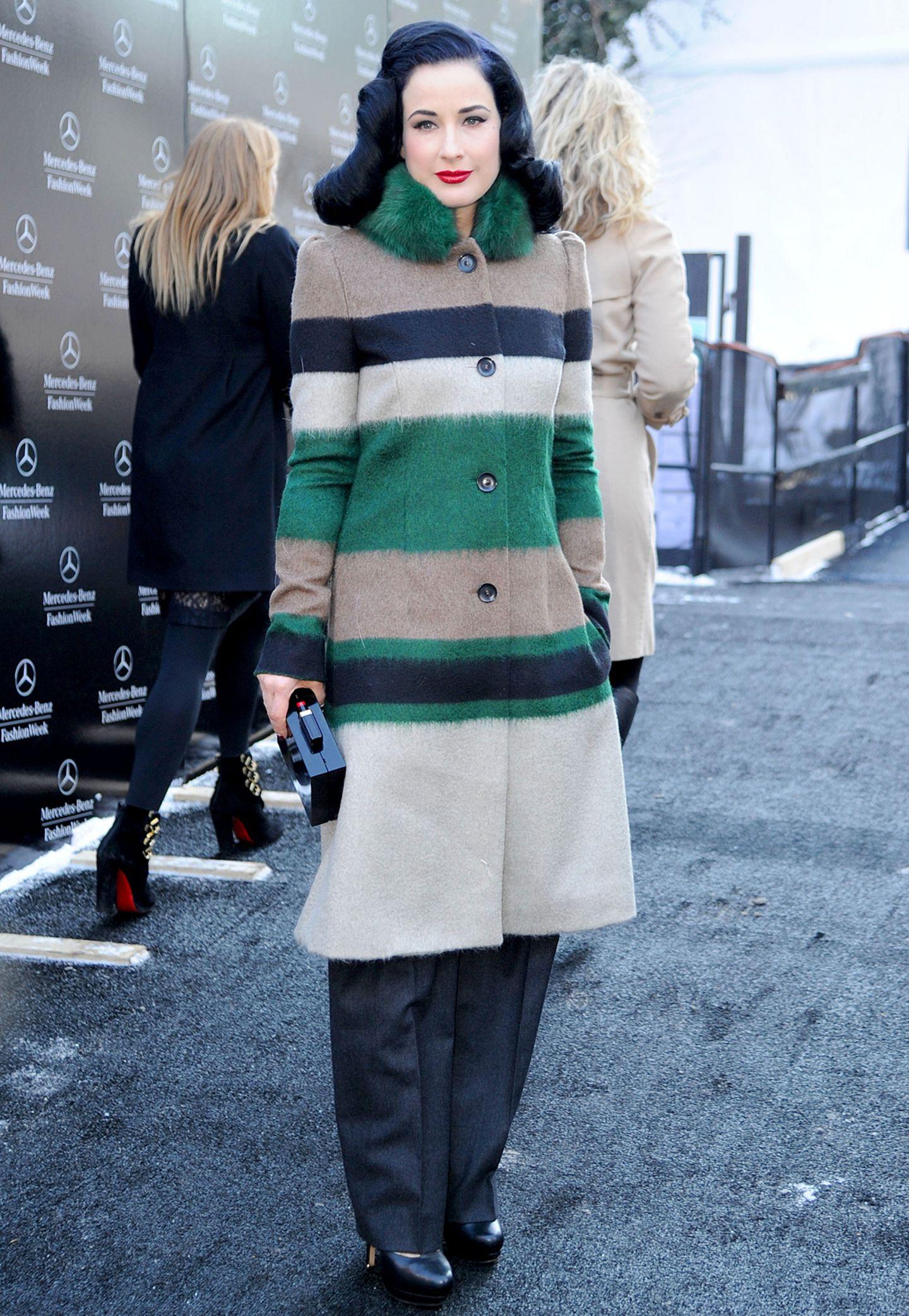 Dita von Teese kommt im grün-gestreiften Wollmantel mit Fellkragen zur Show von Carolina Herrera in New York.