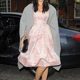 Fashionista Daisy Lowe weiß zwei verschiedene Styles zu kombinieren und wählt zum verspielten Glockenkleid einen lässigen XXL-Mantel.