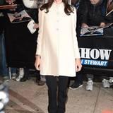 Angelina Jolies bevorzugter Schwarz-Weiß-Look funktioniert auch bei Winterwetter in New York mit dem cremeweißen, edlen Mantel hervorragend.