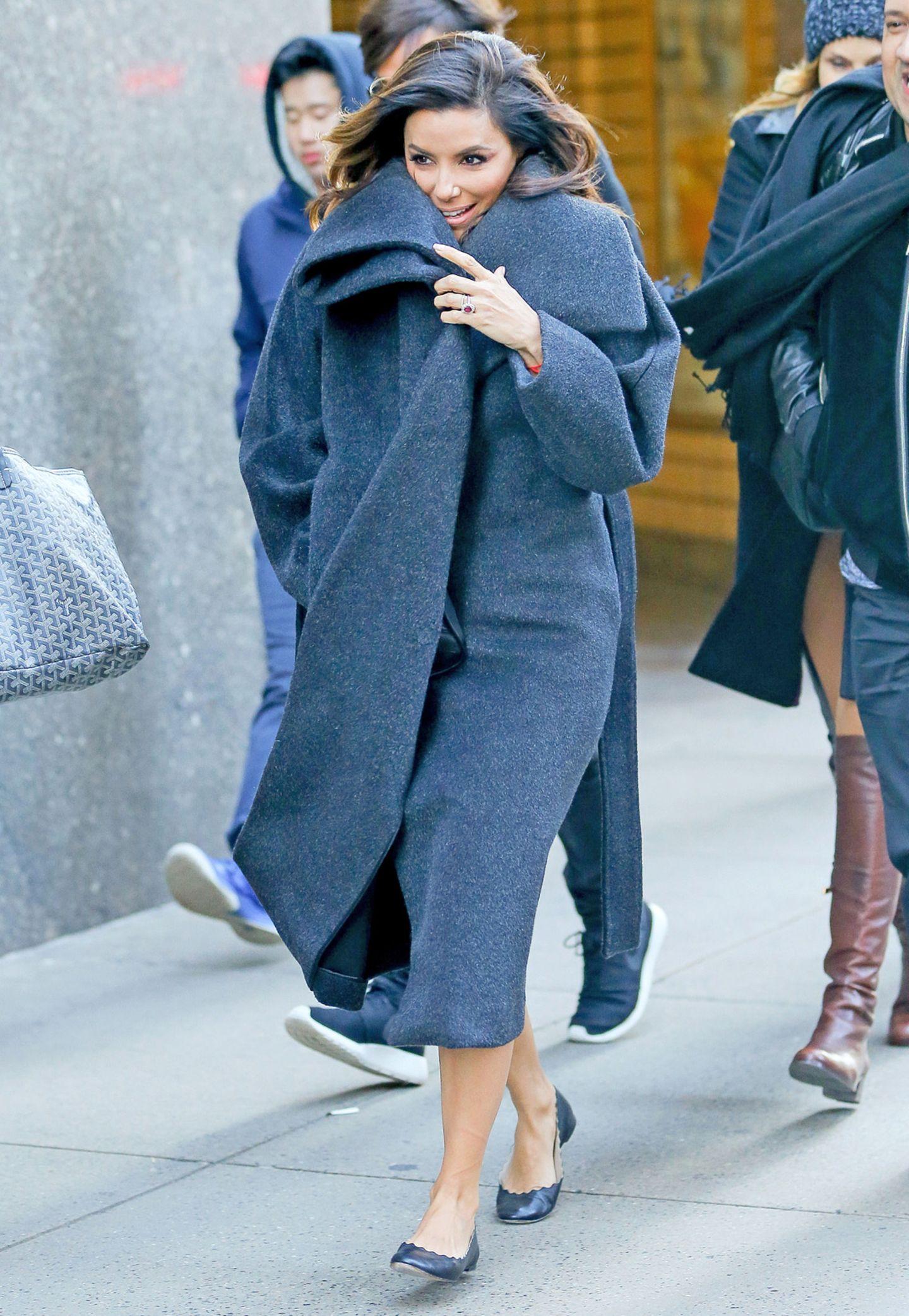 Wer im eisigkalten New York derzeit noch mit Ballerinas herumläuft, braucht zumindest oben herum etwas sehr Warmes und Kuscheliges. Eva Longoria scheint den perfekten Wintermantel mit extrabreitem Kragen gefunden zu haben.