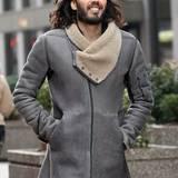 Mäntel + Co.: Glattes, graues Wildleder und Schafsfellkragen halten Russell Brand bei einem Spaziergang durch New York warm.