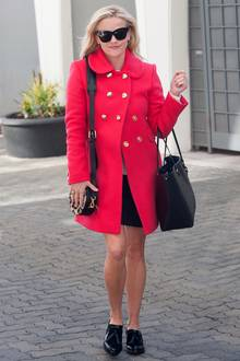 Reese Witherspoon und ihr himbeerfarbener, doppelreihiger Mantel versprühen auch bei kalten Temperaturen gute Laune.
