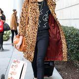 Sängerin Florence Welch unterwegs als Wildkatze: Ihr Leo-Mantel und die roten haare sind echte Hingucker.
