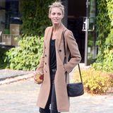 Farbe bringt das polnische Topmodel Anja Rubik in ihr schwarz gehaltenes Outfit mit einem karamellfarbenden Wollmantel im Trenchcoat-Look ins Spiel.