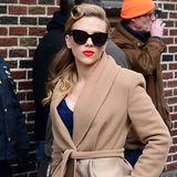 Mit dem Kamelhaar-Seiden-Mantel von Max Mara Atelier unterstreicht Scarlett Johansson ihren tollen 40er-Jahre-Look.
