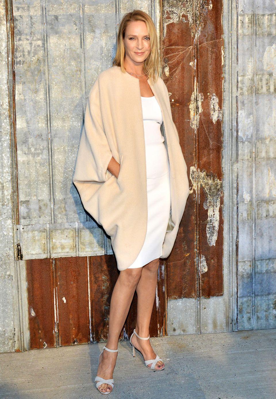 Großer Modeneid! Uma Thurmans cremefarbener, weiter Kuschelmantel ohne Kragen, aber mit tiefen Kimonoärmeln sieht aber auch zu gemütlich aus.