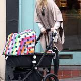 Kate Hudson ist zwar noch müde mit Baby Bingham auf Tour, aber immer ihrem Boho-Look treu: In einem Poncho von Pringle of Scotla