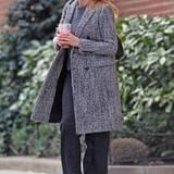 Gar keine graue Maus ist Cameron Diaz im festen Fischgrät-Mantel, den sie zum passend grauen Outfit trägt.
