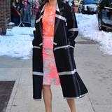 Cobie Smulders wagt mit dem karierten, schwarzen Wintermantel einen krassen Kontrast zum Neon-Dress. Und gewinnt!